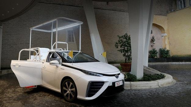 Водородният Toyota Mirai влезе в автопарка на папата