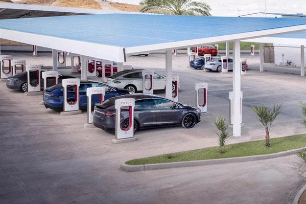 Tesla уплътнява мрежата си от зарядни станции