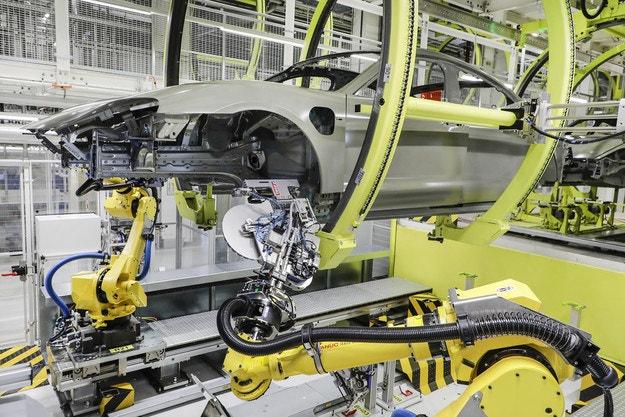 Porsche усвоява нов производствен процес за Taycan