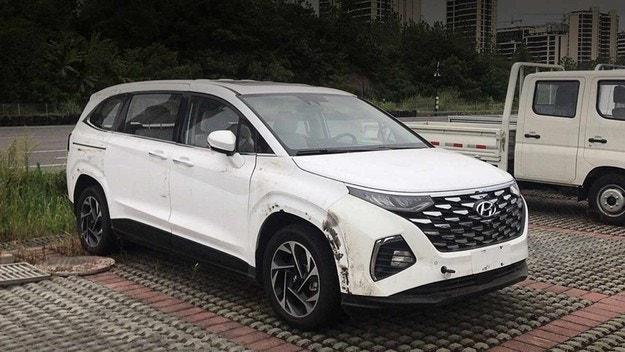 Разсекретиха интериора на минивана Hyundai Custo