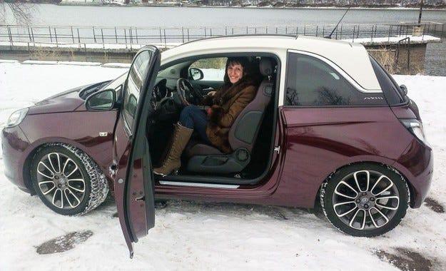 Победителят в конкурса на Opel ADAM в missbloom.bg получи наградата си