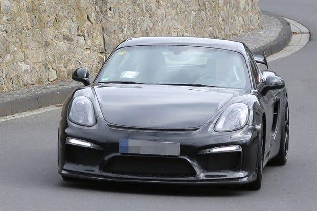 Спортният топ модел Porsche Cayman GT4 в атака