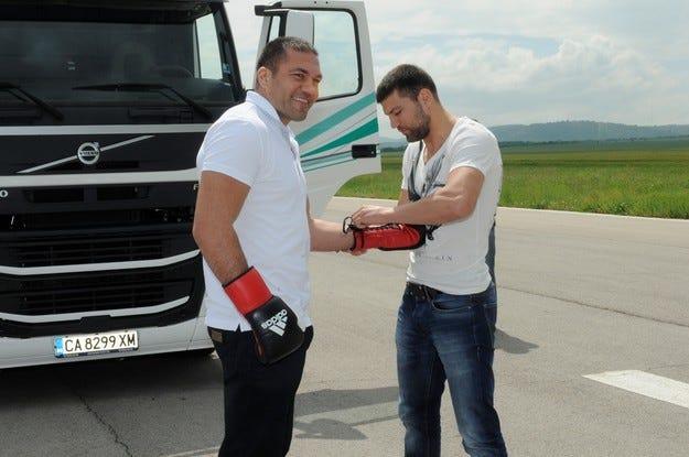 Кубрат и Тервел Пулеви карат камион с боксови ръкавици
