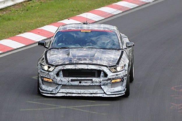 Ford Mustang SVT: Демонстрира истински  мускули