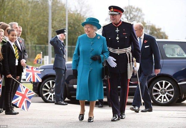 Английската кралица откри нов завод на Jaguar Land Rover