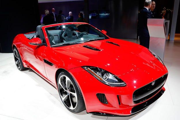 Купето Jaguar F-Type получи двойно предаване