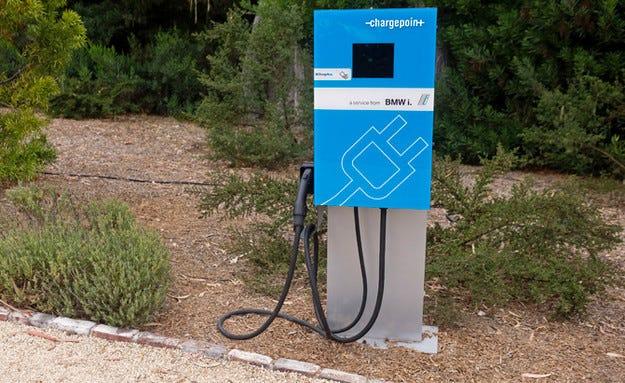 BMW представя нови зарядни станции за електромобили