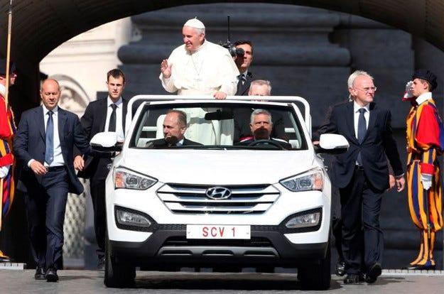 Новият папамобил е открита версия на Hyundai Santa Fe