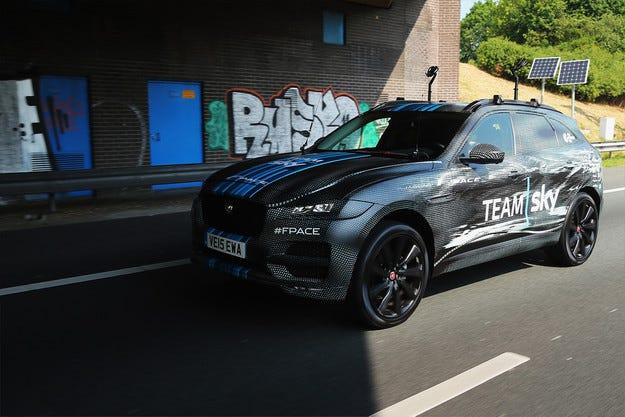 Jaguar пусна кросоувъра F-Pace на обиколката Тур дьо Франс