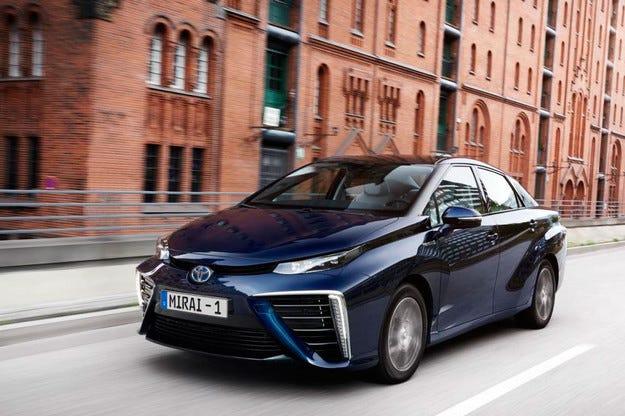 Toyota разкри европейската версия на водородния Mirai
