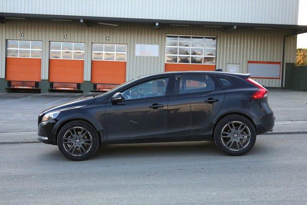 Volvo пусна на пътни изпитания кросоувъра XC40