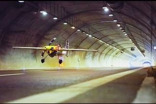 Самолет прелетя през два тунела с 250 км/ч