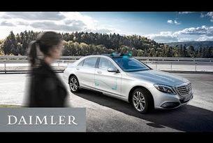 Автономният Mercedes-Benz общува с пешеходците