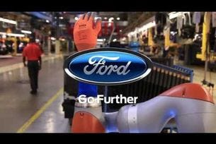 Работници и роботи работят ръка за ръка